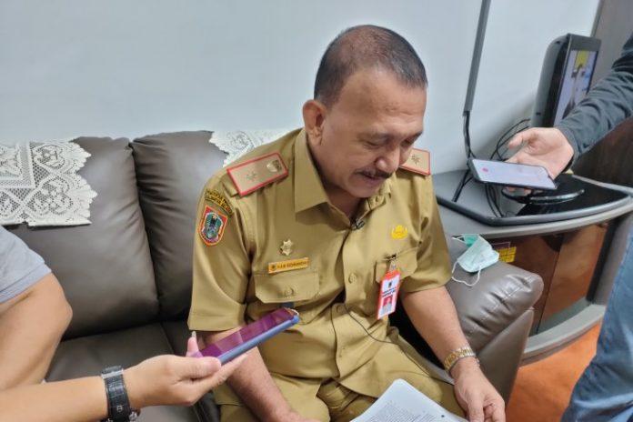 Sekretaris DPRD Provinsi Kalimantan Selatan (Kalsel) HAM Rozaniasyah sedang memberi keterangan pers di Banjarmasin, Selasa (29/12) siang. (antara/Syamsuddin Hasan)
