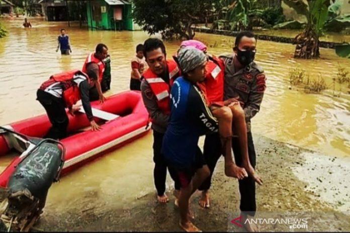 Jajaran Polres Banjar mengevakuasi warga Pengarin yang terjebak banjir, Rabu 13 Januari 2021. (istimewa via antara)