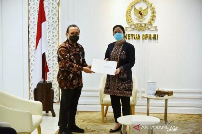 Ketua DPR RI Puan Maharani menerima Surat Presiden tentang nama calon Kepala Kepolisian Republik Indonesia yang disampaikan Menteri Sekretaris Negara Pratikno di Gedung Parlemen, Jakarta, Rabu. (Dokumentasi Puan Maharani)