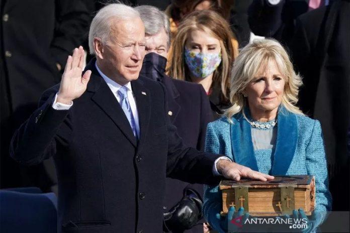 Joe Biden (kiri) saat dilantik sebagai Presiden ke-46 Amerika Serikat di Front Barat Capitol AS di Washington, Amerika Serikat, Rabu (20/1/2021). ANTARA FOTO/REUTERS/Kevin Lamarque/rwa.