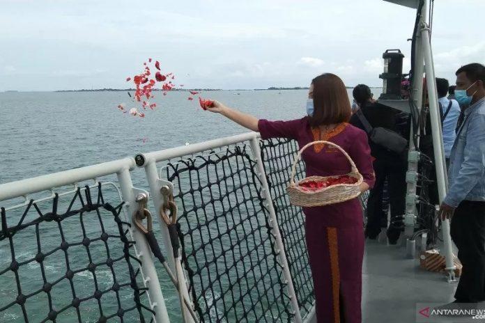 Awak kabin Sriwijaya Air menaburkan bunga sebagai penghormatan terakhir kepada korban kecelakaan pesawat Sriwijaya Air SJ-182 di daerah tempat jatuhnya pesawat di daerah perairan Pulau Laki dan Pulau Lancang di Kepulauan Seribu, DKI Jakarta, Jumat (22/01/2021). (ANTARA/Dewa Wiguna)