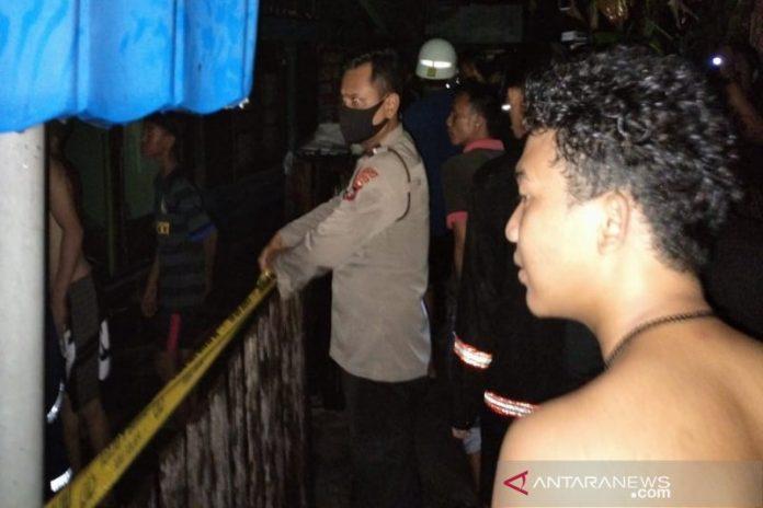 Anggota Polsek Banjarmasin Barat memasang garis polisi di tempat kajadian musibah kebakaran di Kelurahan Pelambuan, Banjarmasin, Kalimantan Selatan, Minggu. ANTARA/HO