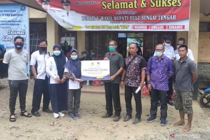 Perwakilan Hasnur Group menyerahkan secara simbolis satu unit Huntara komunal dan MKC kepada pihak Kecamatan Hantakan. (antara)