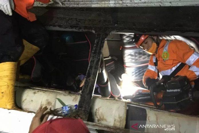 Basarnas mengevakuasi korban bus Sumedang. (antara)