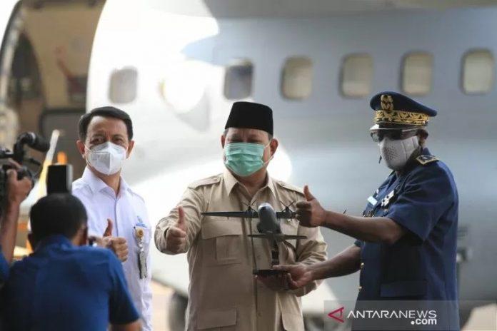 Menhan Prabowo Subianto saat memberikan cindera mata kepada Chief of Air Force of Senegal Brigadier General Papa Souleymane di sela-sela penyerahan pesawat CN235-220 MPA kepada Angkatan Udara Republik Senegal, di Hanggar Fixed Wing PT DI, Bandung, Jawa Barat, Kamis (18-3-2021). (ANTARA/HO-Humas Setjen Kemhan)