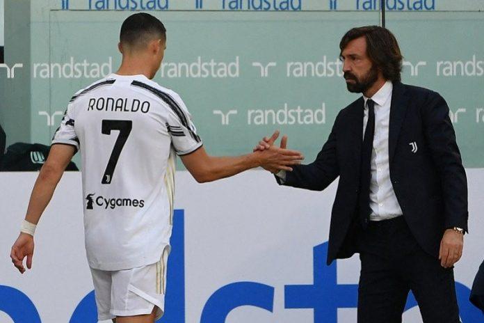 Manajer Juventus Andrea Pirlo (kanan) menyambut megabintang Cristiano Ronaldo yang ditarik keluar dalam babak kedua melawan Inter Milan di Stadion Allianz, Turin, Italia, Sabtu (15/5/2021) waktu setempat. (ANTARA/AFP/Isabella Bonotto)