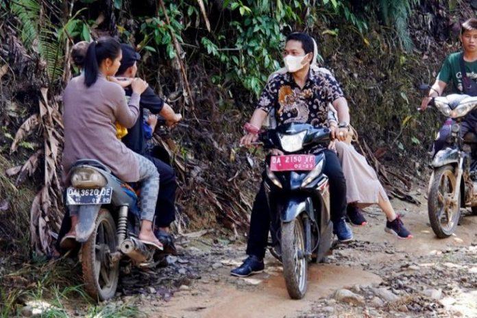 Bupati Balangan, Abdul Hadi, melakukan kunjungan ke desa menggunakan motor. (antara)