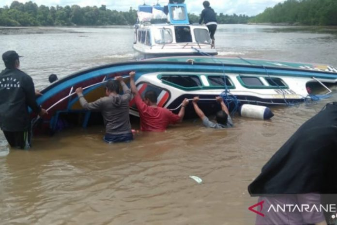 Sebuah speedboat terbalik di sungai di Desa Tagul, Sembakung, Kabupaten Nunukan, Kalimantan Utara, pada Senin (7 Juni 2021). (Dok. Basarnas)
