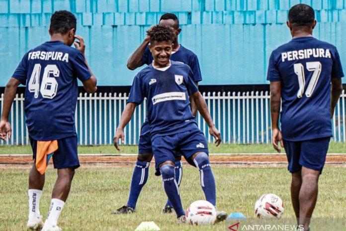 Ilustrasi: Pesepak bola Persipura berlatih di Stadion Mandala Jayapura, Papua, Rabu (21/4/2021). Latihan tersebut sebagai persiapan jelang Piala AFC 2021 dan Liga 1 2021. ANTARA FOTO/Indrayadi TH/aww.