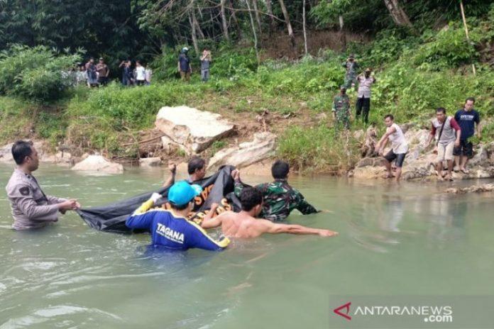 Evakuasi mayat Juhri di sungai Pagat Batu Benawa HST. (antara)