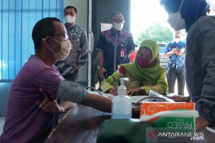 Wali Kota Banjarbaru H M Aditya Mufti Ariffin memantau vaksinasi kepada penyandang disabilitas netra yang merupakan pertama dilakukan di Provinsi Kalsel untuk mencegah warganya diserang virus itu. Foto humas/Antaranews Kalsel