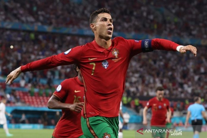 Kapten tim nasional Portugal Cristiano Ronaldo melakukan selebrasi seusai mengkonversi tendangan penalti ke gawang Prancis dalam laga pemungkas Grup F Euro 2020 di Stadion Puskas Arena, Budhapest, Hongaria, Rabu (23/6/2021) waktu setempat. (ANTARA/REUTERS/POOL/Bernadett Szabo)